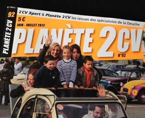 Le groupe ambulant de la Nationale 2cv de Chateaubriant est en photo dans le dossier consacré à la nationale 2012.